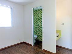 模様を使ったデコレーションを取り入れよう #homify #ホーミファイ #デコレーション #壁紙 https://www.homify.jp/ideabooks/374998 高嶋設計事務所/恵星建設株式会社 の トイレ トイレ