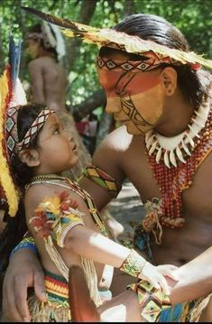 I don't know where this is, but I love the eye to eye contact Native American Pictures, Native American Beauty, American Spirit, Native American Indians, We Are The World, People Of The World, Once Were Warriors, Beautiful World, Beautiful People