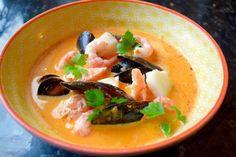 Dette er en deilig og smaksrik fiskesuppe. Varmende chili og mild kokosmelk kombinert med laks, reker, blåskjell og torsk. Fantastisk sommermat.  Oppskrift til 4 personer: 1 nett blåskj…