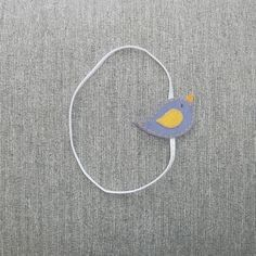 Headband para bebê feita em elástico com passarinho em feltro, acabamento em feltro. <br>Indicado para bebês de 6 a 9 meses.