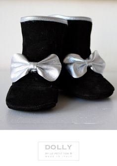 DOLLY by Le Petit Tom ® BABY BOW BOOTS 10boot BLACK Suede with Silver Leather bow and trim,  Leather lining. Top Fashion Boots for your Baby. Exclusieve babylaarsjes van zacht suede en lederen voering. Handmade in Italy