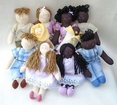 Personalize sua família de bonequinhos de pano da maneira que desejar!  Fazemos bonecos personalizados que podem ser caracterizados conforme pedido do cliente.  Eles podem ser usados na decoração do quarto do seu bebê, portas de maternidade, nicho, etc.  Também podem ser utilizados para se trabal...