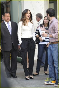 Jennifer Garner, i want those pants Business Outfits, Business Attire, Business Fashion, Professional Wardrobe, Work Wardrobe, Jennifer Garner Style, Love Fashion, Mommy Fashion, Joggers Outfit
