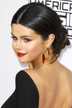 Selena Gomez Rule number one of baring your soul onstage: Show up looking like a total boss. It was a pleasant surprise to see Selena tone it down with a classic updo, clean skin, and a great red lip. #refinery29 http://www.refinery29.com/2014/11/78490/red-carpet-hair-makeup-amas-2014#slide-11