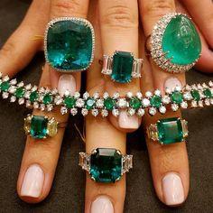 Feeling green with envy of these @bonhams1793 emerald beauties via @carolinefmorrissey. . #bonhams #emerald #emeraldring #ring #emeraldbracelet #emeralds #tierraemeralds