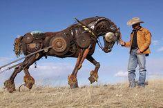 存在感溢れるスチームパンク彫刻。古い農機具やスクラップを使って作られた牛や馬たち