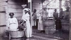 Wasvrouwen op de plantage Wolfenbutel bij Paramaribo. ca 1925. Klik foto voor website.