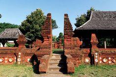 Gerbang gapura halaman pertama - keraton kasepuhan Java, Mekkah, Cirebon, World Cultures, Jakarta, Diwali, Places Ive Been, Wander, Temple