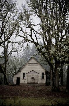 This is an abandoned old school house. What it must have been like back in the days when children went to school there and played outside. Abandoned Churches, Abandoned Property, Old Abandoned Houses, Old Churches, Abandoned Mansions, Abandoned Places, Old Houses, Old School House, Haunted Places