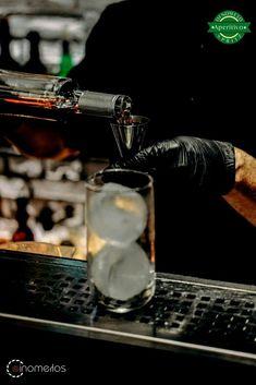 🎩To Ρετούς Cocktail Bar μαζί με τον εξαίρετο Bartender Άγγελο Καραμπούλα δημιουργούν το Sapho Oinomelo Spritz.Μια διαφορετική προσέγγιση στο Υ Oinomelon® Silver 9% από το ανακαινισμένο All Day Spot. 💁♂️Άγγελος Καραμπούλας 🍹 Sapho Oinomelo Spritz 🏡 Ρετούς 📍 Βύρωνος 5 Τρίκαλα ☎️ 2431 063888  Spritzer Drink, Cocktails, Drinks, Coffee Maker, Kitchen Appliances, Cocktail Parties, Cooking Tools, Beverages, Coffee Percolator