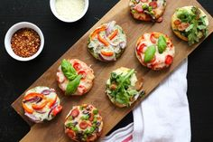 These Party-Friendly Mini Pizza Bites are the perfect injection of childhood fun for a grown-up get-together. Everyone gets to have a taste of what they like, and they are great in that they cater to everybody's dietary restrictions in a no-fuss manner. Pizza Bites, Bagel Bites, Pizza Pizza, Holiday Appetizers, Appetizer Recipes, Appetizer Ideas, Healthy Appetizers, Food Presentation, Finger Foods