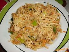 Opékané čínské rýžové nudle Kuřecí maso nakrájíme, osmažíme, podlijeme vodou podusíme 10 min Mrkev a zelí nakrájíme na nudle a pórek na půl měsíčky, chilli papričku nadrobno. přidáme k masu mrkev a papričku a pak zelí. Necháme vydusit vodu a krátce orestujeme, aby zelenina nebyla příliš měkká. Nakonec přidáme sójovou omáčku. Rýžové nudle připravíme podle návodu přidáme k masu a spolu ještě krátce osmažíme, případně dochutíme sójovou omáčkou No Cook Meals, Bon Appetit, Recipies, Food And Drink, Vegan, Cooking, Ethnic Recipes, Diet, Asia