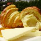 Raňajkové croissanty • recept • bonvivani.sk Sweet Recipes, Dairy, Cheese, Vegan, Ale, Tortillas, Breads, Hampers, Brot