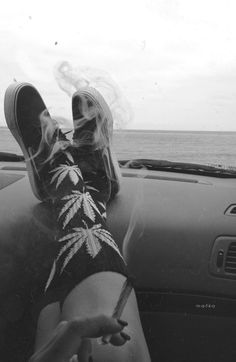 Legal Age for Recreational-Cannabis Access Causes Confusions in Canada - I Love Growing Marijuana Girl Smoking, Smoking Weed, Film Noir Fotografie, Arte Dope, Dope Art, 420 Girls, Puff And Pass, Stoner Girl, Mode Vintage