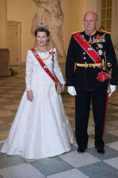 SE BILLEDERNE: Kong Harald og dronning Sonja - 25 år som kongepar | BILLED-BLADET