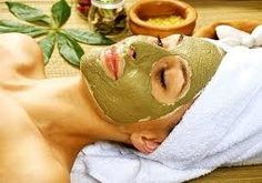 Ideal für Problemhaut: die Maske hilft bei entzündeten Stellen und Irritationen. - 1 EL Heilerde - 2 EL flüssigen Honig - ein wenig Wasser Heilerde, Honig und Wasser zu einer streichfähigen Masse verrühren und auf das gereinigte Gesicht auftragen. Nach 20 Minuten Einwirkzeit das Gesicht mit lauwarmem Wasser abspülen