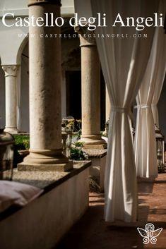 Castello degli Angeli è Location per Eventi, il chiostro è un luogo dai dettagli eleganti e comfort moderni. #castellodegliangeli #location #eventi #chiostro