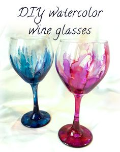 25 Days of Crafts: Watercolor Wine Glasses Our next 25 Days of Crafts challenge has got to be one of the easiest and most beautiful! All you need are some alcohol inks and some dollar store wine glasses, and you can make some gorgeous handm… Alcohol Ink Glass, Alcohol Ink Crafts, Alcohol Ink Painting, Alcohol Inks, Diy Wine Glasses, Decorated Wine Glasses, Painted Wine Glasses, Wine Glass Crafts, Wine Bottle Crafts