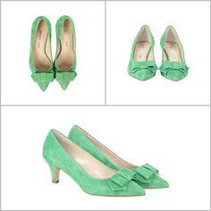 Scarpa decolletè modello kitten shoes (scarpe con tacco basso) in suadè colore verde con fiotto in punta. Bon ton.
