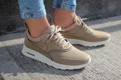 Découvrez la Nike Air Max Thea Desert Camo, une sneaker pour femme en cuir beige (ou sable). Un modèle de la collection automne 2015.