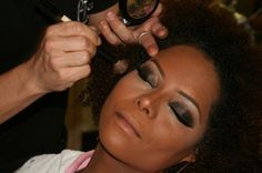 Você que tem pele negra aprenda a fazer uma make linda para arrasar à noite! Anote as dicas do maquiador para preparar bem a pele. - Veja mais em: http://www.vilamulher.com.br/beleza/maquiagem/maquiagem-basica-para-mulheres-negras-4729.html?pinterest-mat
