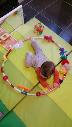 J 'ai vu passé sur une page un jour… here is an activity for babies. I saw a picture on a page one day a picture of a hoop with a lot of things hanging on it and I decided to start, I wanted to do it all in. Montessori Baby, Montessori Activities, Infant Activities, Activities For Kids, Baby Sensory Play, Baby Play, Happy Children's Day, Happy Kids, Infant Classroom