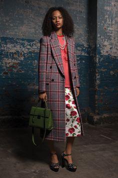 """Michael Kors Pre Fall 2018, Nueva York. Es una colección moderna, para una mujer de hoy, donde destacan estilos como casual,  deportivo y elegante. La mujer de Hoy """"se viste de acuerdo con su estado de ánimo, no  según las reglas"""" - éste es el mensaje..."""