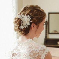 カットしたレースに、ビーズをあしらったヘアアクセサリー。 純白のレースが、花嫁の美しさを清楚に引き立てます。 レースを使ったウェディングドレスや、ナチュラルなエンパイアドレスにも合いそうですね。 ロマンティックな雰囲気を目指す方におすすめです。
