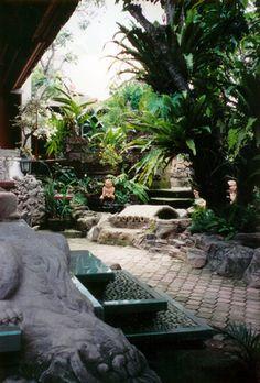 http://andrewrocchio.com/Indonesia/BaliGarden72.jpg