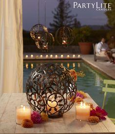 Einladendes Kerzenlicht schimmert in magischen Mustern in den neuen Kerzenhaltern Weinrebe von PartyLite. Erhältlich als Windlicht oder Hängende Votivkerzenhalter - und eignen sich als filigrane Deko für Drinnen und Draußen! #partylite #gardenparty