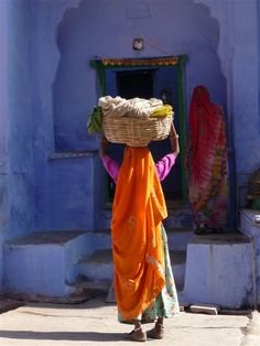 Villageoise à Bundi dans le Rajasthan. In This World, World Of Color, People Around The World, Village Photography, People Photography, Amazing India, Indian Colours, India Culture, Indian Paintings