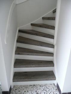 Lichte trap met donkere traptreden. Gezien bij Wolfs traprenovatie. New Homes, Stairs, Design Ideas, Decoration, Home Decor, Interior Stairs, Houses, Cool Things, Decor