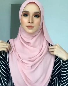 Hijab Fashion Summer, Modern Hijab Fashion, Hijab Fashion Inspiration, Muslim Fashion, Simple Hijab Tutorial, Hijab Style Tutorial, Video Hijab, Pashmina Hijab Tutorial, How To Wear Hijab