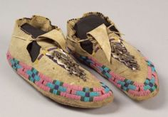 American Indian and Ethnographic Arts Native American Crafts, Native American Artifacts, Native American Beadwork, American Indians, Native American Moccasins, Beaded Moccasins, War Bonnet, Indian Artifacts, Moccasin Boots