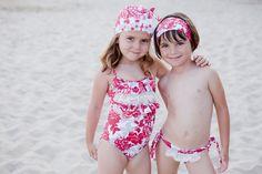 Precioso conjunto de bañador con gorro a juego y culetín rojo con diadema para niña. Shop online on http://www.erreqerre.net
