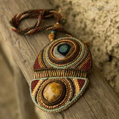Perle brodé collier avec le fossile d'oursin par beadedmischka