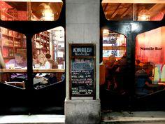 Red Ant Noodle BarAquest informal bar de noodles del grup Mosquito ofereix un dels bols de ramen de cansalada més gustosos de la ciutat. A més, els fideus que ofereixen són frescos i aconsegueixen una textura deliciosa. Ah, i no deixeu de tastar el seu delicatmochi!