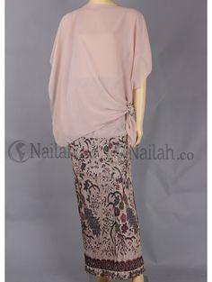 not bad Kebaya Lace, Batik Kebaya, Kebaya Dress, Batik Fashion, Hijab Fashion, Boho Fashion, Womens Fashion, Kebaya Simple, Model Kebaya Modern