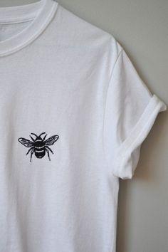 Baby bee Embroidered White t-shirt – - Sticken und Nähen Bee Embroidery, Embroidery On Clothes, Embroidered Clothes, Embroidery Designs, Embroidery On Tshirt, White Embroidery, T-shirt Broderie, Diy Vetement, Diy Shirt