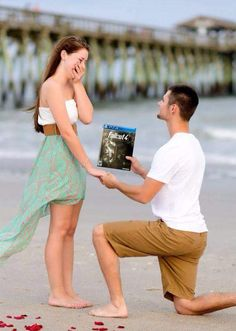 this is so stupid it's funny! apparently people are replacing engagement rings in proposal photos with slices of pizza. Pizza Meme, Pizza Pizza, Pizza Humor, Pizza Food, Meme Show, Proposal Photos, Proposal Ideas, Funny Memes, Hilarious
