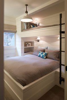 Cama de solteiro e de casal. Nem só para os filhos é possível ter um quarto compartilhado. Dá para um casal investir em um e embutir uma cama de solteiro no seu próprio quarto.