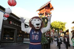 On the second day of Christmas in L.A., Iggy traveled to Little Tokyo.