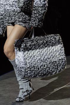 Fashion 2020, Look Fashion, Winter Fashion, Fashion Handbags, Fashion Bags, Fashion Dolls, Diy Crochet Hook, Barbie Mode, Hippie Crochet