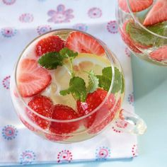 Erdbeerbowle canned or frozen strawberries White dry wine, lemons ,sugar ad champagne. Let the strawberrys soak 15 minutes serve ice cold. Strawberry Wine, Strawberry Recipes, Party Food And Drinks, Party Snacks, Smoothie Drinks, Smoothies, Snack Bowls, Dry White Wine, Party Buffet