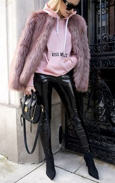 Pink fur coat, black leather pants and a pink sweatshirt.the perfect combination of chic, casual & glam street style! Best Street Style, Looks Street Style, Fur Fashion, Fashion Outfits, Fashion Trends, Sporty Fashion, Trendy Fashion, Style Fashion, Fashion Beauty