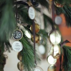 Perfect favors/escort cards in a Christmas tree #LuxBride