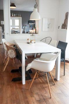 Unglaublich, wie hell ein Raum plötzlich wirkt, wenn der Tisch weiß gestrichen wird... Ich mag es, wenn sich um den Tisch ein Mix aus unterschiedlichen Stühlen versammelt, die alle ihren eigenen Stil und Charakter mitbringen - damit wirkt alles etwas lässiger und nicht so streng.