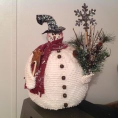 A silver Christmas decoration - HomeCNB Crochet Snowman, Felt Snowman, Snowman Crafts, Fall Crafts, Diy Christmas Tree, Christmas Snowman, Christmas Bulbs, Christmas 2019, Antique Christmas