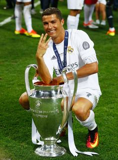 Cristiano Ronaldo of Real Madrid celebrates with the Champions League. Cristiano Ronaldo Cr7, Cristino Ronaldo, Ronaldo Football, Ronaldo Juventus, Neymar, Ronaldo Real Madrid, Fifa Football, Fotos Real Madrid, Ronaldo Champions League
