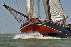 De Zuiderzee: vol tuig zeilen op het IJsselmeer. Dit is echt Holland! De Zuiderzee is een echte traditionele tjalk van 1905, heel origineel! Kijk ook eens op www.zuiderzee.eu